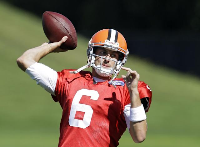 Cleveland Browns quarterback Brian Hoyer throws during practice at the NFL football team's facility in Berea, Ohio Wednesday, Sept. 25, 2013. Browns coach Rob Chudzinski said Hoyer will start again Sunday against the Cincinnati Bengals in place of injured Brandon Weeden, who is still recovering from a sprained right thumb and isn't ready to play. (AP Photo/Mark Duncan)