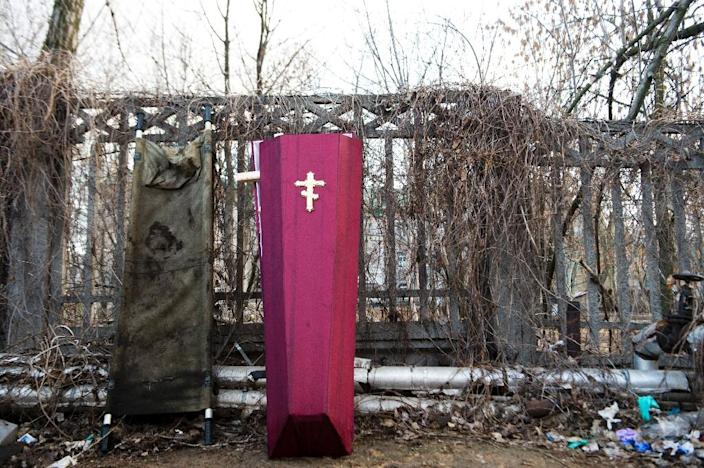 A coffin and a stretcher outside the mortuary of Donetsk's Kalinina hospital on March 5, 2015 (AFP Photo/John MacDougall)
