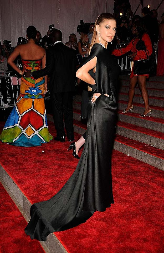 """The """"Glamorous"""" Fergie Ferg opted to go goth; the singer's sleek 'do, dark eye makeup, and black Calvin Klein creation added some delicious drama to the red carpet. Dimitrios Kambouris/<a href=""""http://www.wireimage.com"""" target=""""new"""">WireImage.com</a> - May 5, 2008"""