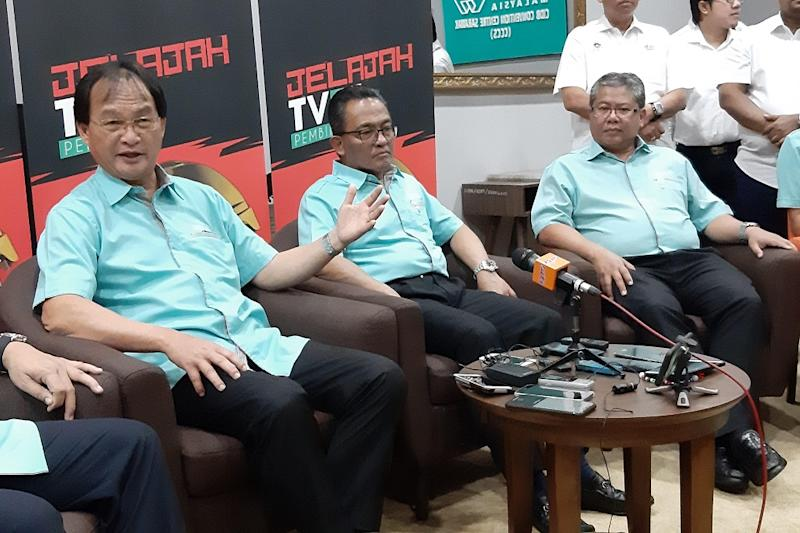 Works Minister Baru Bian (left) speaking to reporters during a press conference in Kuching September 21, 2019. — Picture by Sulok Tawie'