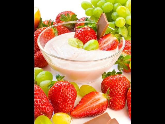 <b>2. Fruity flavours </b><br> Serve fruit platters or salads. Apple slices with lemon sprayed on it prevent browning. Orange slices, melon cubes, chocolate-dipped strawberries or pineapples are some exciting options as well. Preparing some vegetable trays that include celery, carrots, broccoli is an option too.