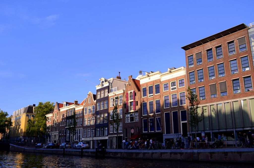 One of the oldest canals is Singel, which was built like a moat around the city in the 15th century. On the cruise, I see the famous flower market, old churches, and lovely houses that lend a tinge of nostalgia.