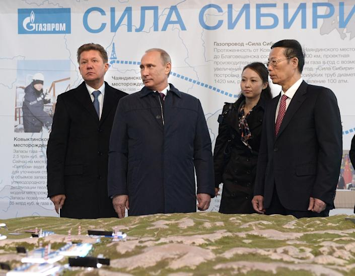 Russian President Vladimir Putin (2nd L) and China Vice Premier Zhang Gaoli (R) at a ceremony marking the new China-Russia gas pipeline, near Yakutsk, September 1, 2014 (AFP Photo/Alexey Nikolsky)
