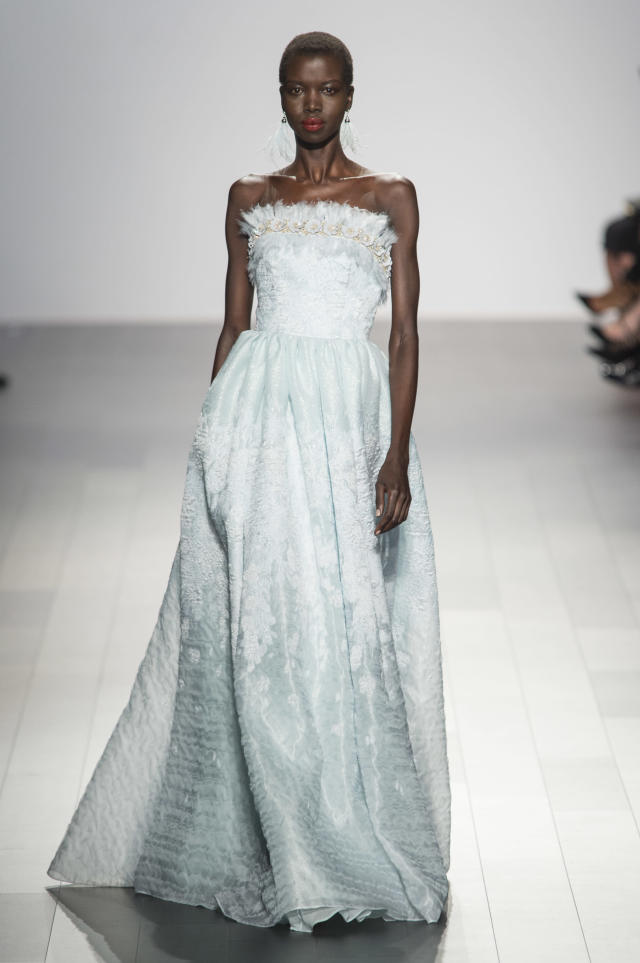 <p><i>Model wears a sky-blue strapless gown from the SS18 Badgley Mischka collection. (Photo: ImaxTree) </i></p>