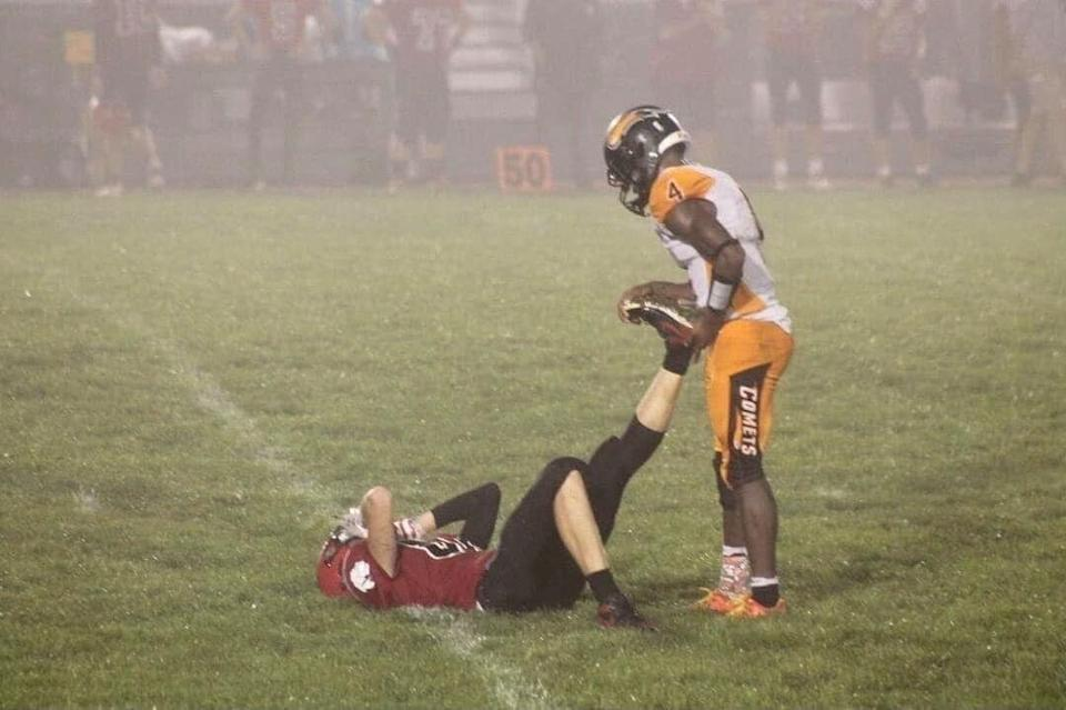 Photo of high school football player helping opponent goes viral