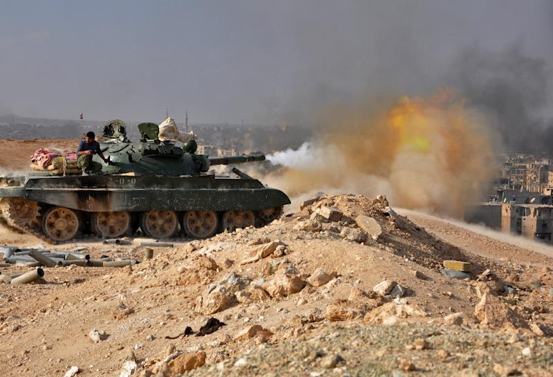 Syrian pro-government forces pound Islamic State group positions in the eastern province of Deir Ezzor with tank fire during an operation against the jihadists on November 2, 2017 (AFP Photo/STRINGER)