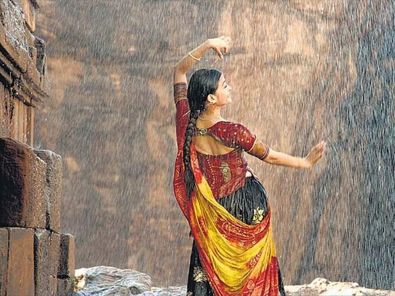<p>She started her journey providing voice to Aishwarya Rai's delicate lips, and the actress-singer collaboration went on to gift the industry with many hit songs. Our next pick is this rhythmic splendour with Rahman's brilliance glimmering through the rainy picturization. </p>