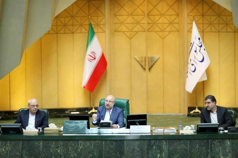 Iranian Parliament speaker Mohammad-Bagher Ghalibaf (C) chairing a parliament session in the capital Tehran (AFP Photo/-)