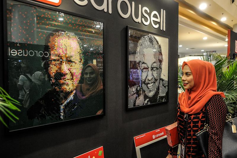 A woman looks at a mural of Prime Minister Tun Dr Mahathir Mohamad, composed of Lego bricks, at Carousell's 'Sayang Malaysiaku' Lego art exhibition in Sunway Pyramid, Petaling Jaya August 30, 2018. — Picture by Shafwan Zaidon