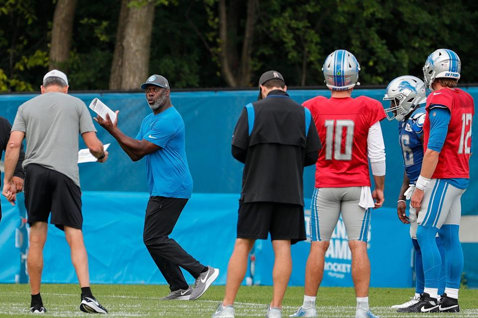 Detroit Lions offensive coordinator Anthony Lynn, center, talks to players during training camp at practice facility in Allen Park, Tuesday, August 10, 2021.