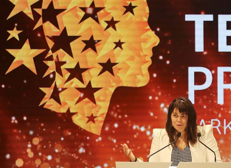 Canadian teacher Maggie MacDonnell delivers a speech after receiving the Global Teacher Prize during a ceremony in Dubai on March 19, 2017
