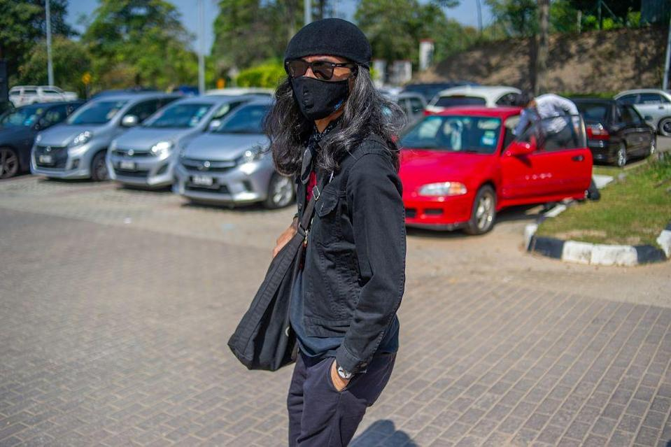 Arrested yesterday and held overnight in the police lock-up, Fahmi Reza is set to be released this evening, after the magistrate this morning only granted one day of remand instead of the four-day remand sought by the police. — Picture by Shafwan Zaidon