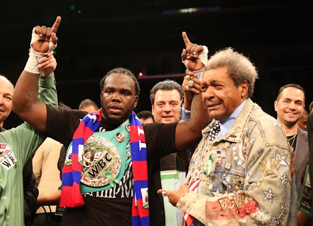 Bermane Stiverne celebreates after defeatnig Chris Arreola in their WBC Heavyweight Championship match at Galen Center on May 10, 2014 in Los Angeles (AFP Photo/Stephen Dunn)