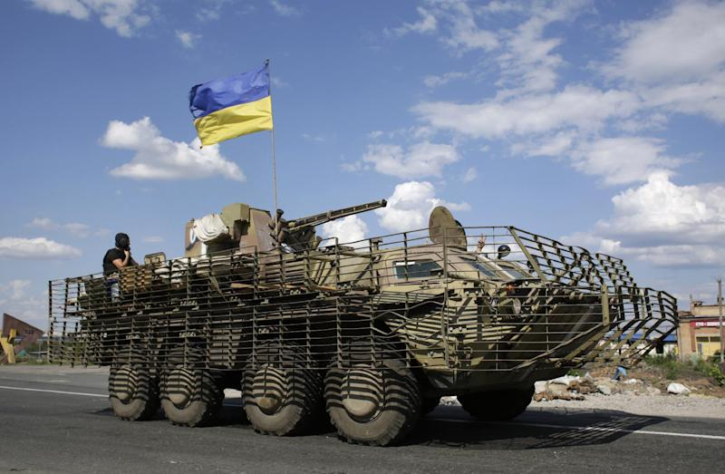 Ukrainian soldiers sit on an armoured personnel carrier near the eastern city of Slavyansk, on August 5, 2014 (AFP Photo/Anatolii Stepanov)
