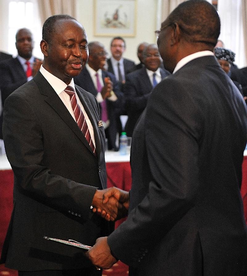 Former presidents of the Central African Republic Michel Djotodia (R) and François Bozize shake hands, on April 14, 2015 in Nairobi, after signing a ceasefire deal after months of negotiations mediated by Kenya