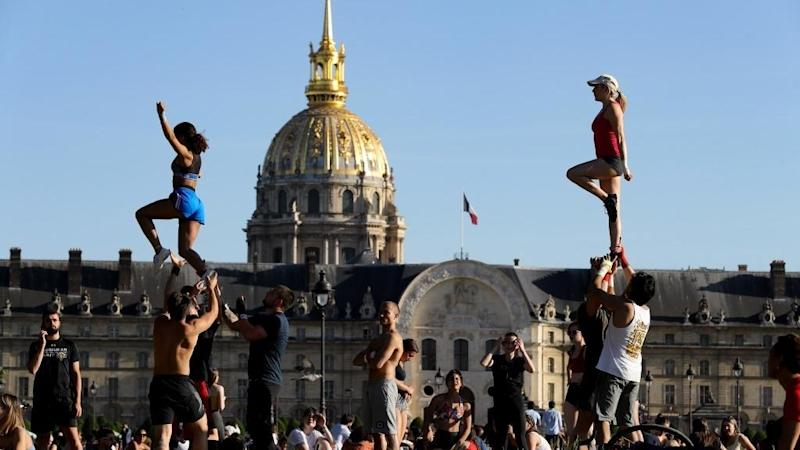 Paris lifts the lockdown on its parks and gardens to let city dwellers breathe