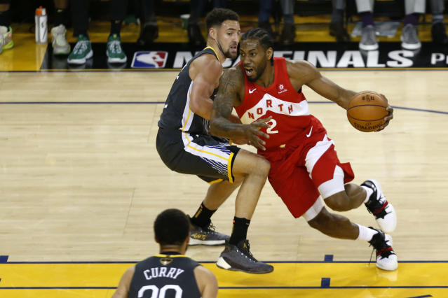 Kawhi Leonard #2 of the Toronto Raptors is defended by Klay Thompson #11 of the Golden State Warriors in the first half during Game Four of the 2019 NBA Finals at ORACLE Arena on June 07, 2019 in Oakland, California. (Photo by Lachlan Cunningham/Getty Images)