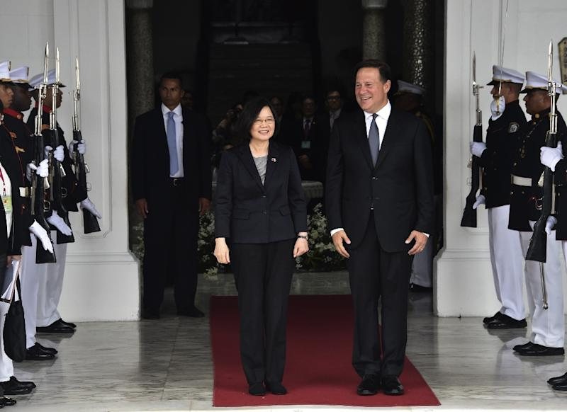 Taiwan's President Tsai Ing-wen (L) and Panama's President Juan Carlos Varela, seen during a ceremony at the presidential palace in Panama City, in June 2016 (AFP Photo/RODRIGO ARANGUA)