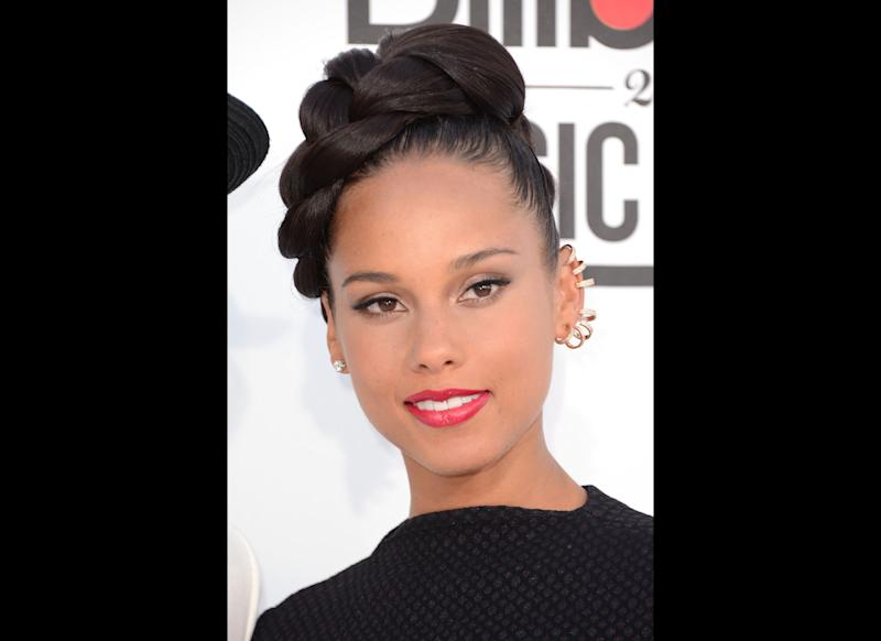 """""""Only playa that got robbed but kept all his jewelry/<strong>Alicia Keys</strong> tried to talk some sense to them 30 minutes later seems there's no convincing them"""" </br> --""""Diamonds from Sierra Leone"""""""