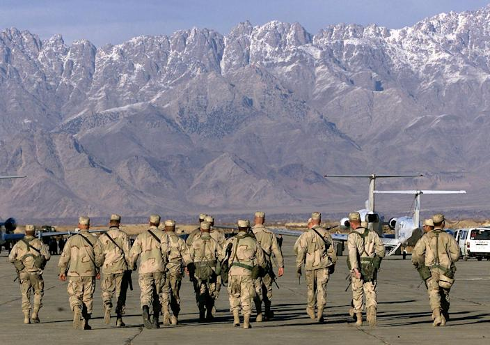 US soldiers approach a United Nations plane on the tarmac of Bargam airbase north of Kabul, January 15, 2002 (AFP Photo/Jimin Lai)