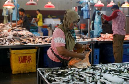 People buy fish at a wet market in Malaysia's southern city of Johor Bahru April 26, 2017. REUTERS/Edgar Su