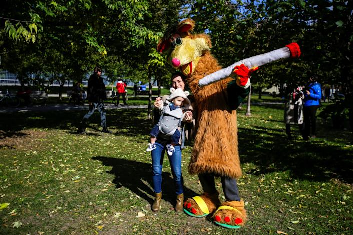 """<p>A woman and her baby pose for a photo with """"Toke-a-roo"""" on the day Canada legalizes recreational marijuana at Trinity Bellwoods Park, in Toronto, Ontario, Canada, Oct. 17, 2018. (Photo: Carlos Osorio/Reuters) </p>"""