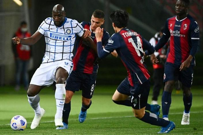 Inter Milan forward Romelu Lukaku (L) got his 20th league goal this season at Bologna.