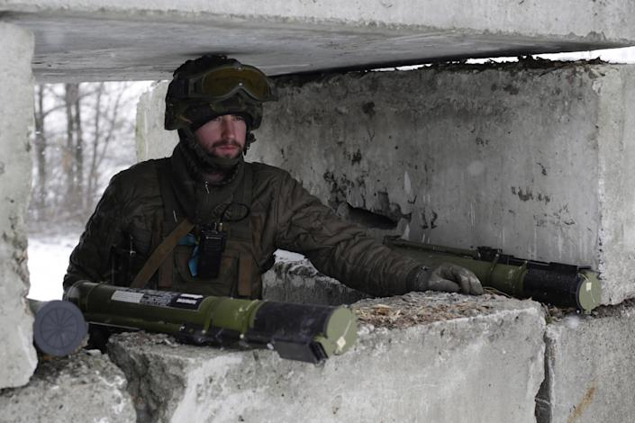 A Ukrainian serviceman guards a checkpoint near the town of Svitlodarsk, in the Donetsk region, on February 16, 2015 (AFP Photo/Anatolii Stepanov)
