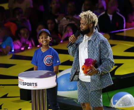 FILE PHOTO: 2017 Kids Choice Sport Awards – Show – Los Angeles, California, U.S., 13/07/2017 - NFL football player Odell Beckham Jr. accepts the Hands of Gold Award. REUTERS/Mario Anzuoni