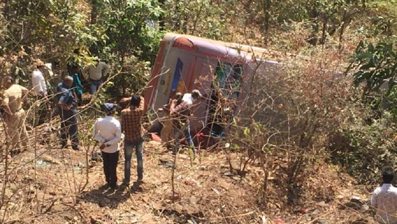 Jharkhand Road Accident: Bus Carrying Migrant Workers to West Bengal Turns Turtle in Ranchi's Sikidiri Ghati; 20 Injured