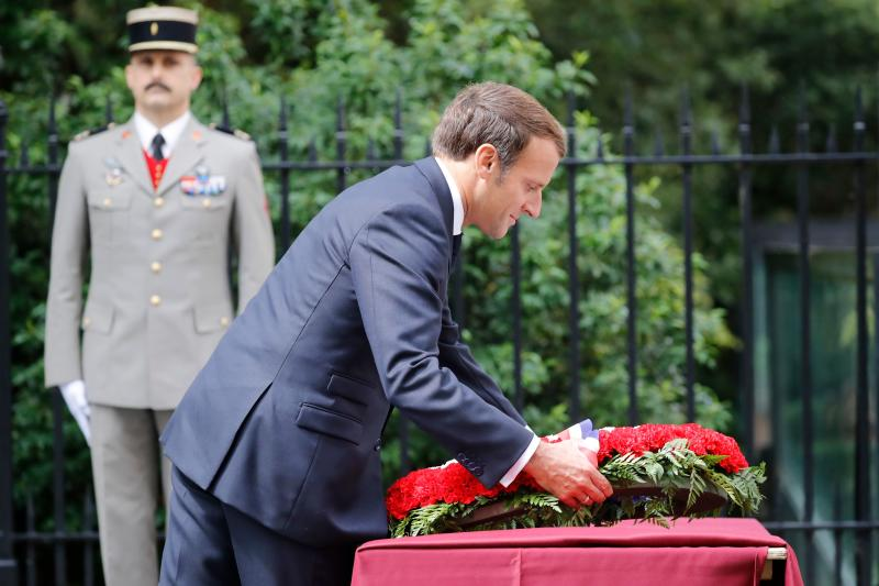 French President Emmanuel Macron lays a wreath at the statue of former French president Charles de Gaulle at Carlton Gardens in central London on June 18, 2020 during a visit to mark the anniversary of former de Gaulle's appeal to French people to resist the Nazi occupation. - Macron visited London on June 18 to commemorate the 80th anniversary of former French president Charles de Gaulle's appeal to French people to resist the Nazi occupation during World War II. (Photo by Tolga AKMEN / POOL / AFP) (Photo by TOLGA AKMEN/POOL/AFP via Getty Images)