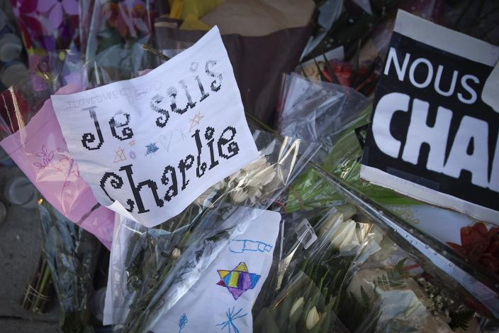 """A """"Je Suis Charlie"""" sign is placed on a makeshift memorial for victims of last week's shooting by gunmen at the offices of the satirical weekly newspaper Charlie Hebdo in Paris, in Manhattan, New York January 13, 2015. REUTERS/Carlo Allegri (UNITED STATES - Tags: CIVIL UNREST CRIME LAW MEDIA RELIGION)"""