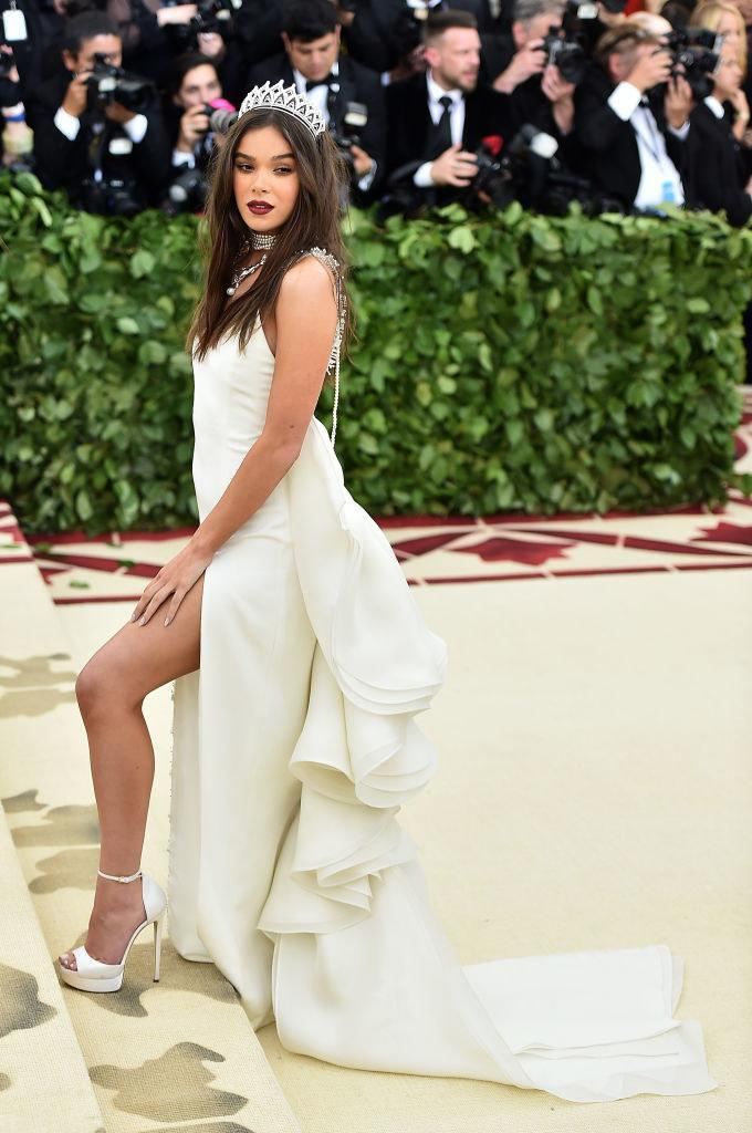 Hailee wore a light-colored gown with a tiered tail and a tiara