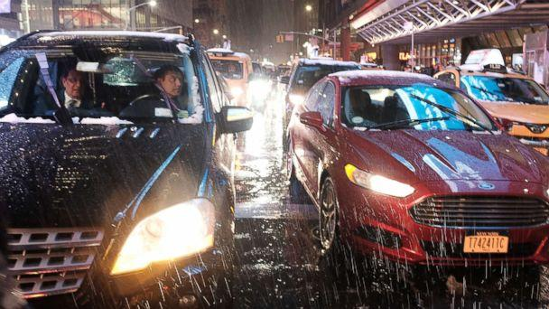 PHOTO: Cars pause at a light as a wintry mix of snow, rain and ice fall during the evening commute in Manhattan on Nov. 15, 2018 in New York. (Spencer Platt/Getty Images)