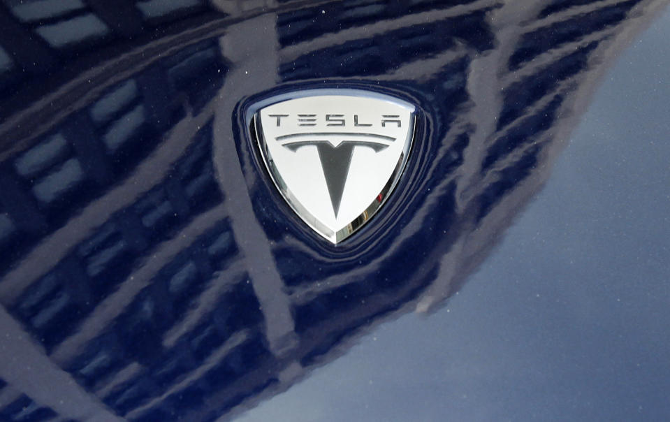 A logo of Tesla Motors on an electric car model is seen outside a showroom in New York June 28, 2010. Electric carmaker Tesla Motors raised the number of shares it will sell in its initial public offering by 20 percent, an early sign that investor interest in the startup is strong.   REUTERS/Shannon Stapleton   (UNITED STATES - Tags: TRANSPORT BUSINESS)