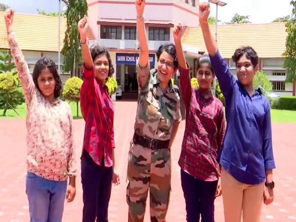 Young girls who cleared the entrance exams and took admission in Kazhakootam Sainik School along with Wing Commander Alka Choudhari. (Photo/ANI)