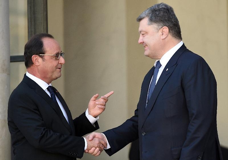 French President Francois Hollande (left) talks with his Ukrainian counterpart Petro Porochenko ahead of a regional summit meeting at the Elysee Palace in Paris, on October 2, 2015 (AFP Photo/Stephane de Sakutin)