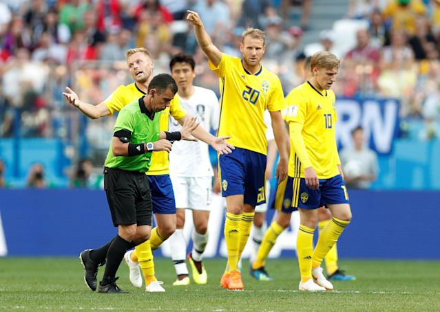 Soccer Football - World Cup - Group F - Sweden vs South Korea - Nizhny Novgorod Stadium, Nizhny Novgorod, Russia - June 18, 2018 Sweden players appeal to referee Joel Aguilar after a challenge by South Korea's Kim Min-woo in the penalty area REUTERS/Matthew Childs