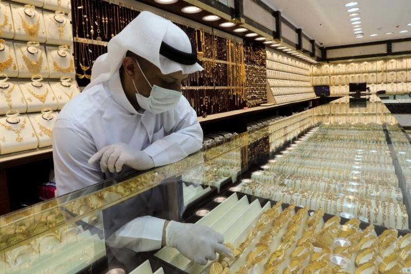 Gold gains 1% as Wall Street rally fizzles, dollar dips