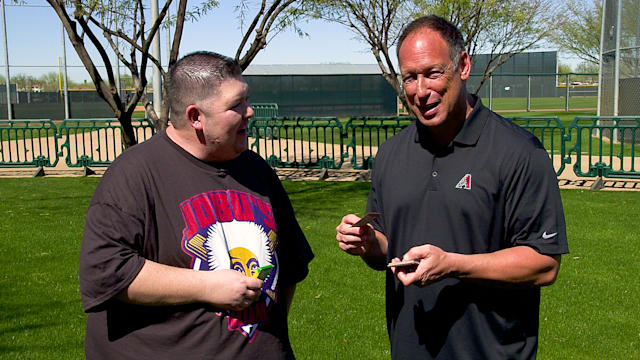 D-backs legend Luis Gonzalez opens baseball cards from 1987 and 1991. (Yahoo Sports)
