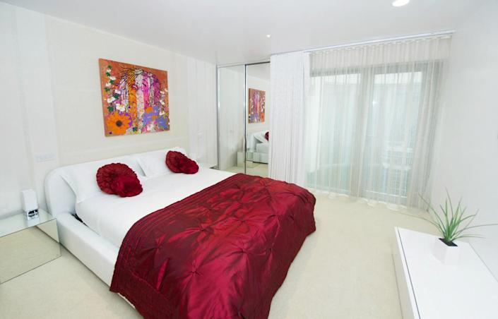 <p>The bedrooms are no more color-shy than the rest of the mansion, with shocks of red and pink in seas of white.<br></p>
