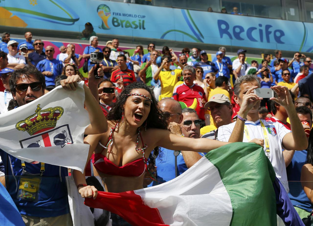 An Italy fan poses cheers before 2014 World Cup Group D soccer match between Italy and Costa Rica at the Pernambuco arena in Recife June 20, 2014. REUTERS/Yves Herman (BRAZIL - Tags: SOCCER SPORT WORLD CUP)