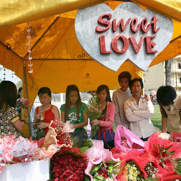 Cambodian women prepare flowers for sale at a shop along a street in Phnom Penh on February 14, 2008 (AFP Photo/Tang Chhin Sothy)