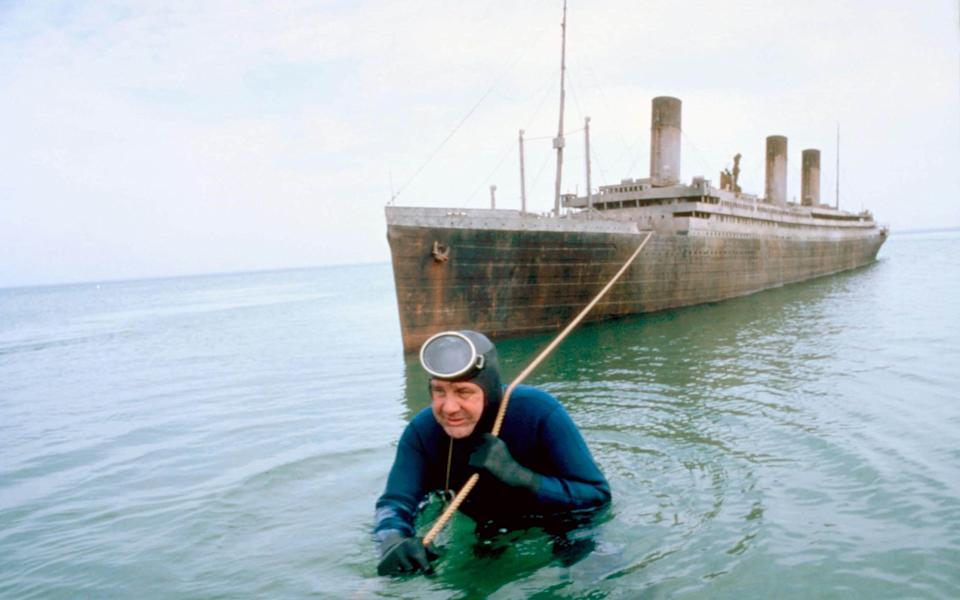 Frogman Courtney Brown towing a 55-foot scale model of the Titanic - Alamy
