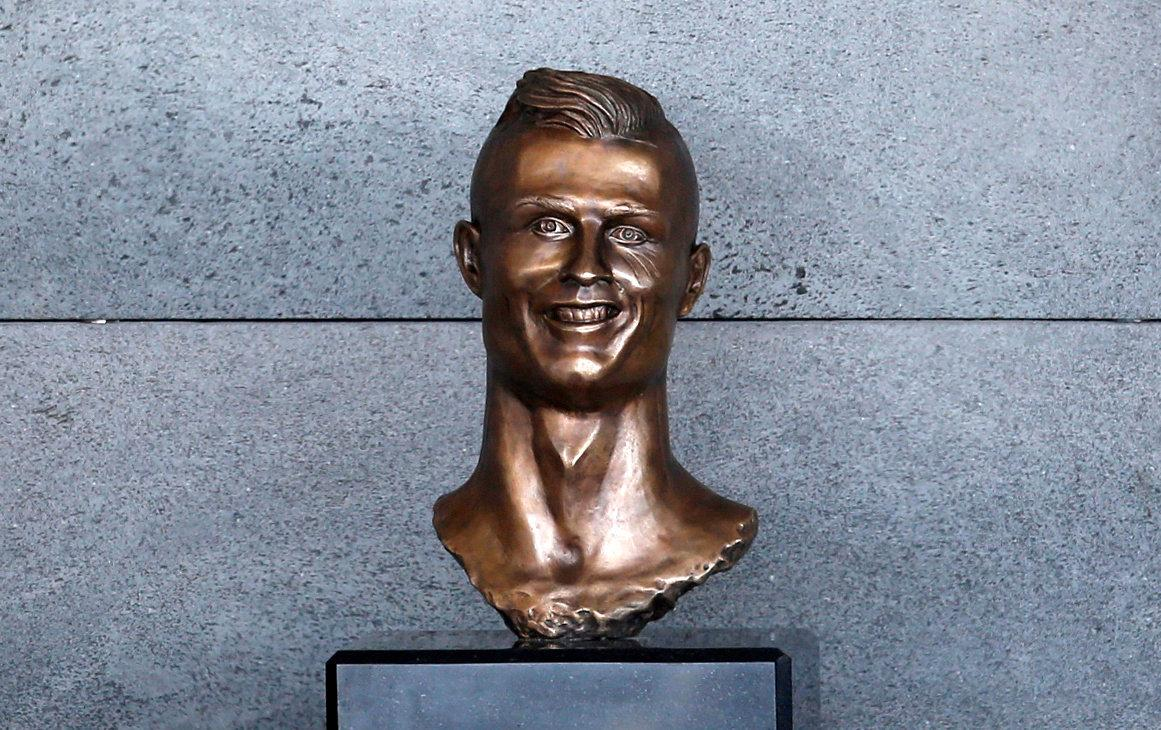A bust of Cristiano Ronaldo is seen before the ceremony to rename Funchal Airport as Cristiano Ronaldo Airport in Funchal, Portugal March 29, 2017. REUTERS/Rafael Marchante     TPX IMAGES OF THE DAY