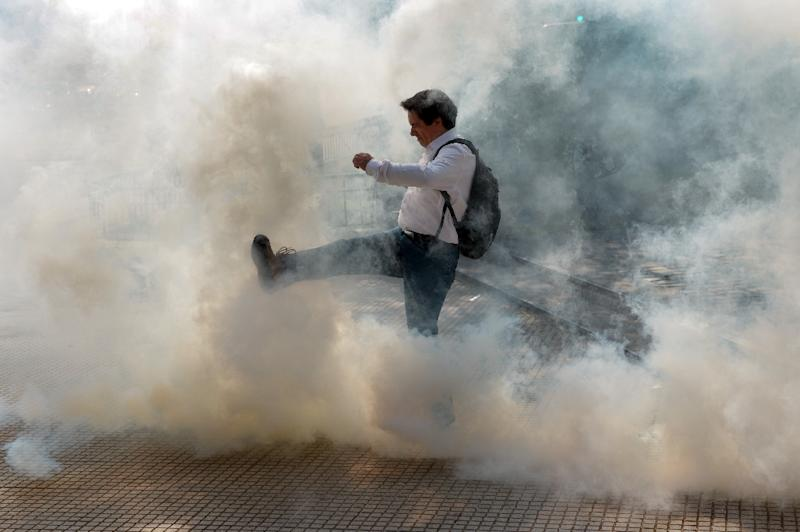Students clash with riot police during a demonstration demanding the government improve the quality of public education in Santiago on April 16, 2015 (AFP Photo/Martin Bernetti)