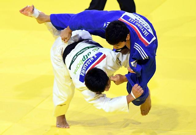 Japan's Kenta Nagasawa (L) competes with South Korea's Jaeyong Lee during their -90kg match of the team event at the World Judo Championships in Budapest on September 3, 2017 (AFP Photo/ATTILA KISBENEDEK)
