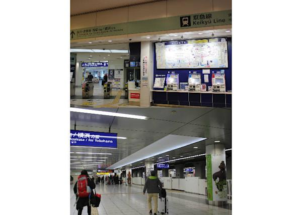 Keikyu Line ticket booths and boarding area. As soon as you exit the ticket gate, you've already reached the platform. If you're heading to Yokohama and beyond or are taking the express train heading to Shinagawa, beware. Both trains depart from the same platform so check carefully before you board.
