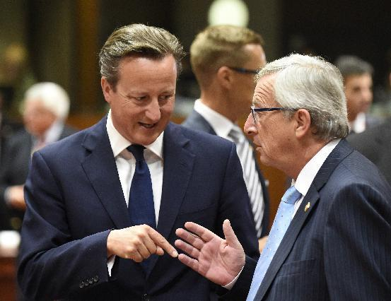 British Prime minister David Cameron (L) speaks with Jean-Claude Juncker during an EU summit at the EU headquarters in Brussels on August 30, 2014 (AFP Photo/John Thys)