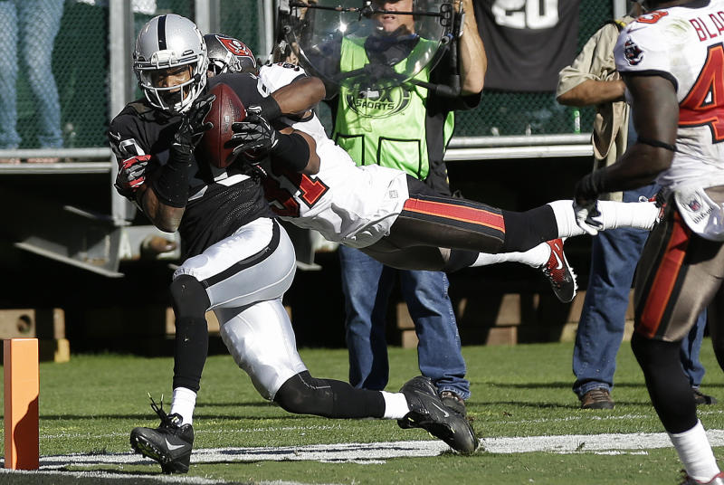 Oakland Raiders wide receiver Rod Streater (80) catches a 25-yard touchdown reception past Tampa Bay Buccaneers cornerback E.J. Biggers (31) during the second quarter of an NFL football game in Oakland, Calif., Sunday, Nov. 4, 2012. (AP Photo/Marcio Jose Sanchez)